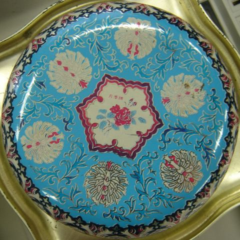 1024px-Decorative_Tin_Lid