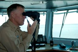 L4 1280px-US_Navy_090710-N-2791J-139_Bruce_H._Lindsey,_commanding_officer_of_the_aircraft_carrier_USS_Carl_Vinson_(CVN_70),_uses_binoculars_on_the_navigation_bridge