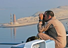 R4 US_Navy_040627-N-2972R-002_A_U.S._Marine_assigned_to_the_24th_Marine_Expeditionary_Unit_(24_MEU),_looks_through_binoculars