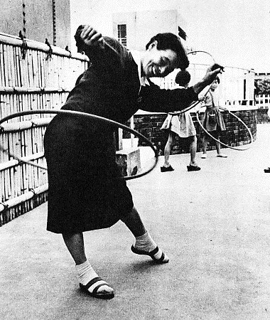 Before the ban: Japanese hula-hooping in 1958.